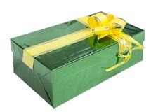 Caixa atual verde com fita amarela Foto de Stock Royalty Free