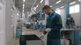 Caixa azul aberta do metal do mecânico com as ferramentas diferentes para o reparo do carro na estação moderna do serviço Fotos de Stock