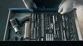 Caixa azul aberta do metal do mecânico com as ferramentas diferentes para o reparo do carro na estação moderna do serviço Foto de Stock Royalty Free