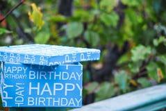 Caixa azul de feliz aniversario Apresente na caixa azul, celebração do aniversário dos meninos Imagem de Stock Royalty Free