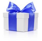 Caixa branca com a fita azul do cetim e curva no fundo branco Foto de Stock Royalty Free