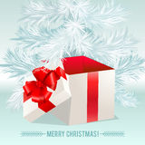 Caixa branca do presente com uma curva vermelha no fundo branco Imagens de Stock Royalty Free