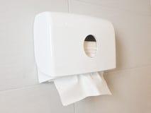 Caixa branca dos tecidos na parede no toalete foto de stock royalty free