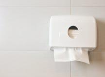 Caixa branca dos tecidos na parede no toalete fotos de stock