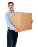 Caixa carreg masculina que move-se no escritório novo Imagem de Stock Royalty Free