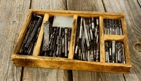 Caixa com brocas em um fundo de madeira fotos de stock
