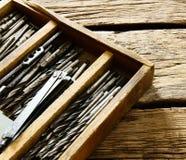 Caixa com brocas em um fundo de madeira foto de stock royalty free