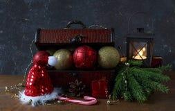 Caixa com decoração do Natal: bola, grânulos Imagens de Stock Royalty Free
