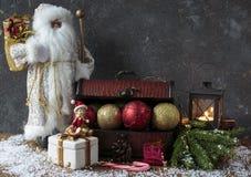 Caixa com decoração do Natal: bola, grânulos, Santa Claus Fotografia de Stock