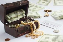 Caixa com dinheiro e joias Fotos de Stock Royalty Free