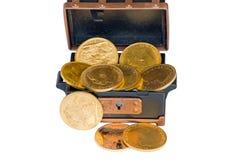 Caixa com diversos soberanos do ouro Fotografia de Stock