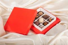 Caixa com doces de chocolate Imagens de Stock Royalty Free