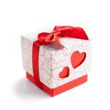 Caixa com dois corações vermelhos no lado no fundo branco Fotos de Stock