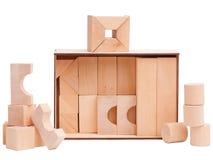 A caixa com figuras de madeira no branco isolou o fundo imagens de stock