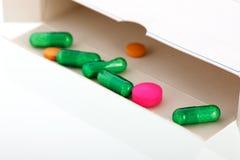 Caixa com medicina em verde, em cor-de-rosa e em amarelo Imagens de Stock