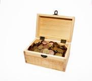 Caixa com moedas Fotografia de Stock Royalty Free