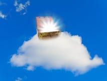 Caixa com o tesouro na nuvem Fotografia de Stock Royalty Free