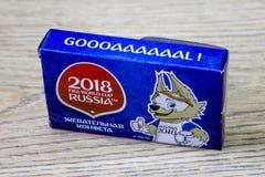 Caixa com os doces da lembrança para o campeonato do mundo em Rússia em 2008 no fundo de madeira fotografia de stock