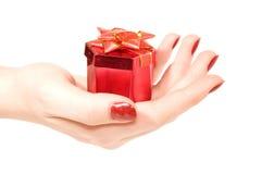 Caixa com um presente à disposicão imagens de stock royalty free