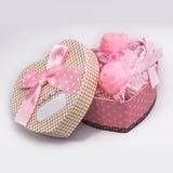 Caixa como o coração com decorações imagens de stock