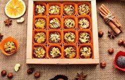 Caixa completa da decoração dos chocolates Fotografia de Stock