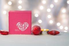 Caixa cor-de-rosa com as decorações do coração e do Natal imagem de stock