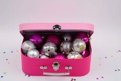 Caixa cor-de-rosa completamente de ornamento do Natal fotografia de stock