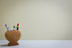 caixa Coração-dada forma dos artigos de papelaria da argila no backgrou vazio Fotografia de Stock