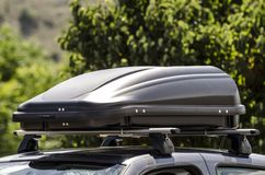 A caixa da bagagem montou no telhado de um carro fotografia de stock