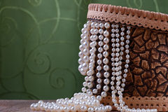 Caixa da casca de vidoeiro com grânulos da pérola fotografia de stock royalty free