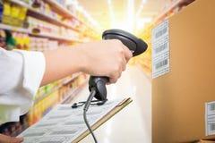 Caixa da fêmea do supermercado Imagem de Stock Royalty Free