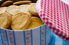 Caixa da lata com biscoitos Imagem de Stock