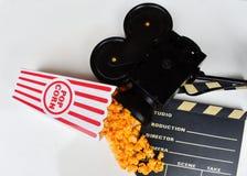 Caixa da pipoca do filme com a válvula do projetor e do filme fotografia de stock