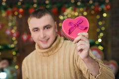 Caixa da posse do homem sob a forma do coração à disposição Imagens de Stock Royalty Free