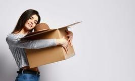 Caixa da terra arrendada da jovem mulher com coisas imagem de stock royalty free