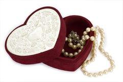 Caixa dada forma coração com pérolas Imagens de Stock Royalty Free