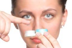 Caixa das lentes de contato na mão da mulher Fotos de Stock
