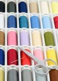 Caixa das linhas Sewing no close up Fotografia de Stock