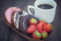 Caixa de anéis de espuma e da xícara de café frescos Imagens de Stock