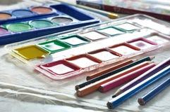 Caixa de aquarelas e de pálete misturadas das aquarelas imagem de stock