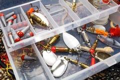 Caixa de armazenamento com iscas e acessórios de pesca imagens de stock