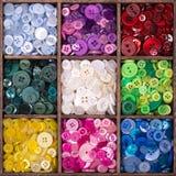 Caixa de armazenamento de madeira enchida com os botões Foto de Stock Royalty Free