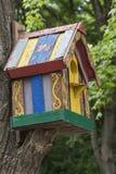 Caixa de assentamento de madeira com um teste padrão multi-colorido Imagens de Stock Royalty Free
