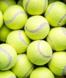 Caixa de bolas de tênis amarelas fotos de stock