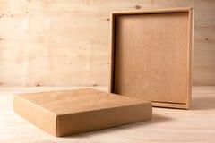 Caixa de cartão aberta no fundo de madeira imagens de stock royalty free