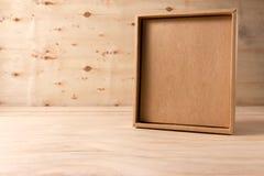 Caixa de cartão aberta no fundo de madeira imagem de stock royalty free