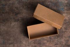 Caixa de cartão aberta no fundo de madeira Fotos de Stock Royalty Free