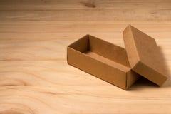 Caixa de cartão aberta no fundo de madeira Foto de Stock Royalty Free