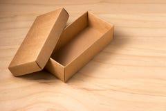 Caixa de cartão aberta no fundo de madeira fotografia de stock