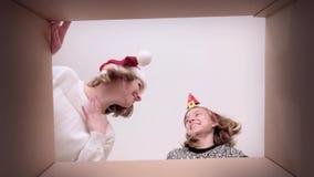 Caixa de cartão de abertura da mamã e da filha vídeos de arquivo